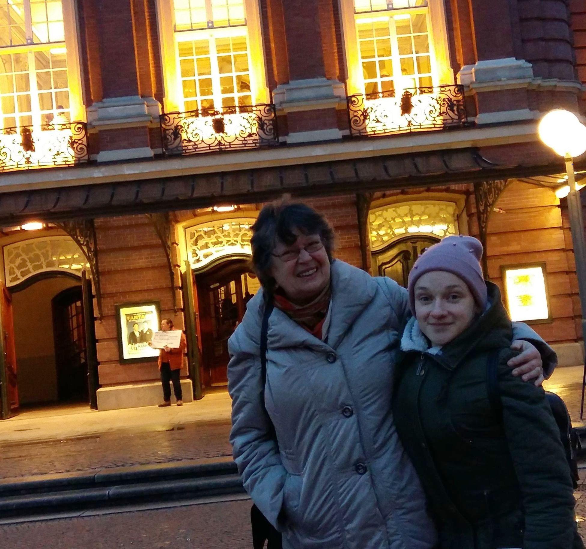 Vor der Laeiszhalle mit Regine Fiebig