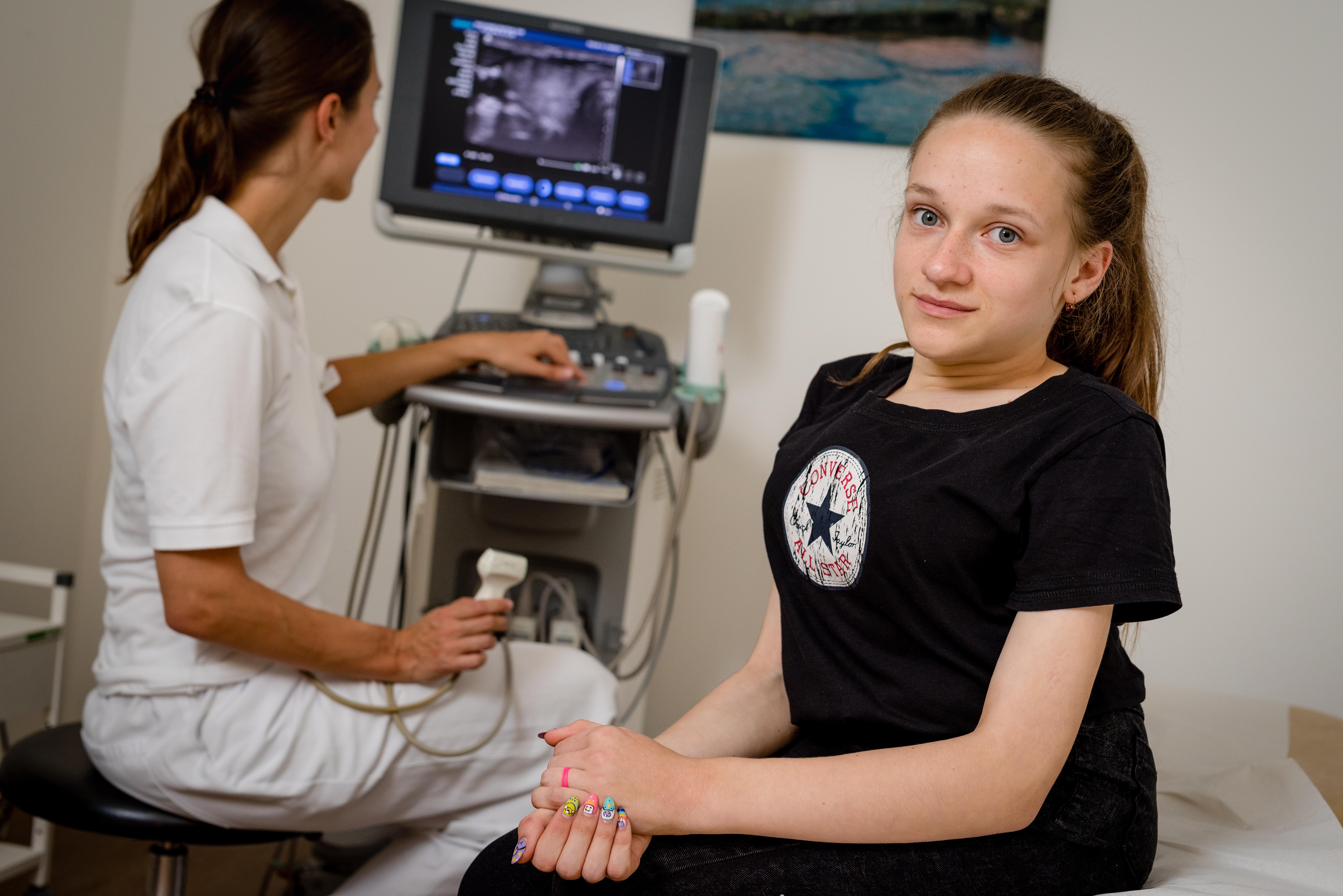 Im Medizinischen Versorgungszentrum der Schön Klinik Hamburg Eilbek werden Jugendliche aus Tschernobyl an der Schilddrüse untersucht. Diana Ruban, 16 wird von Frau Dr. Christiane Klene, Nuklearmedizinerin untersucht.