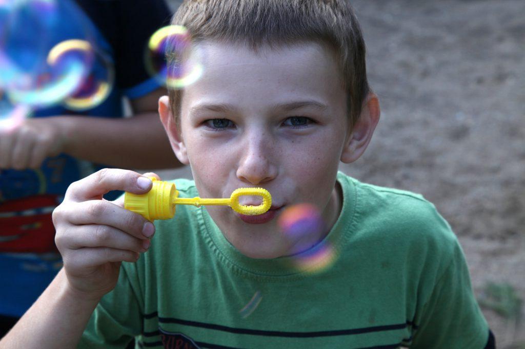 Junge mit Seifenblasen