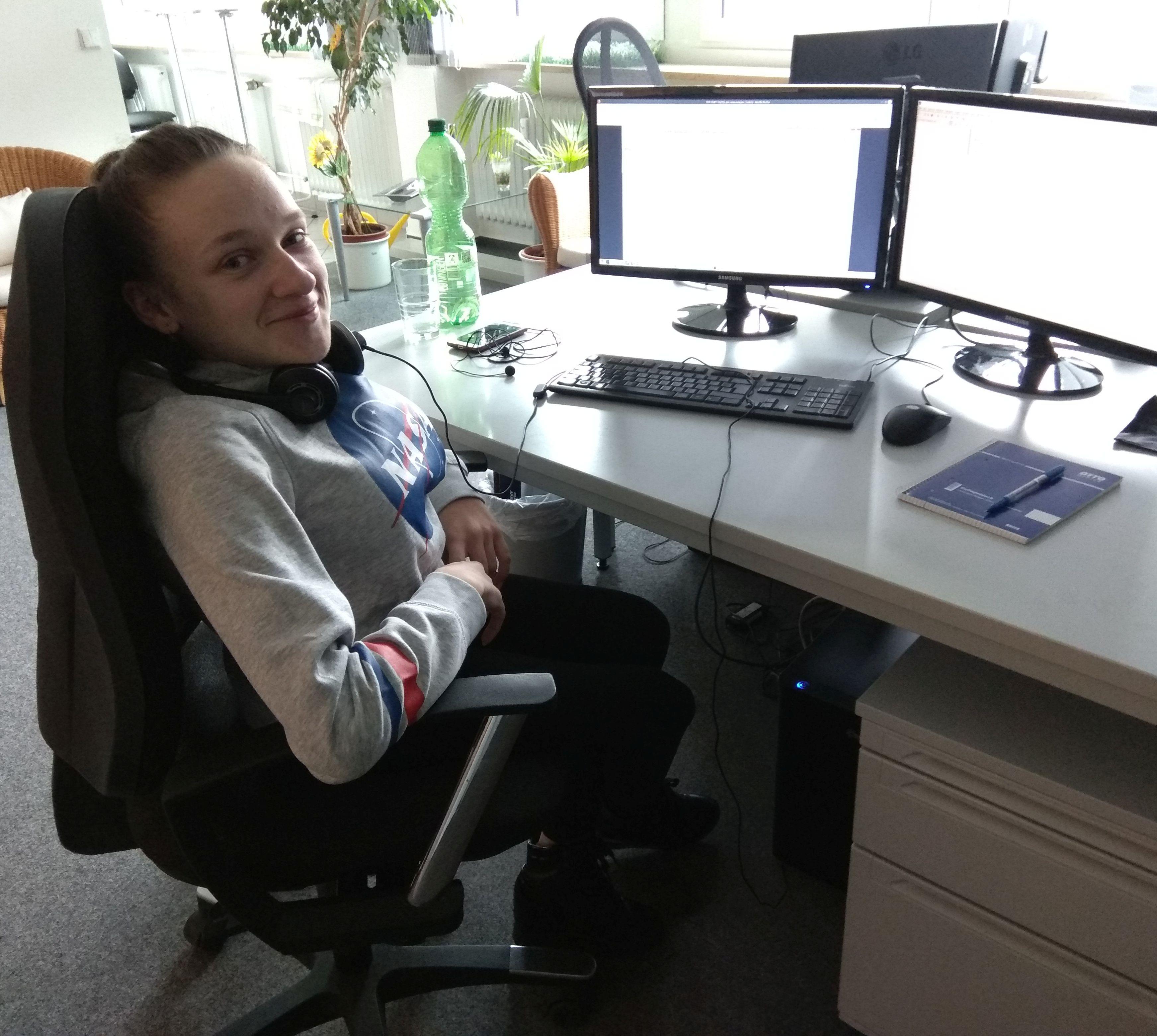 Diana beim Computerkurs