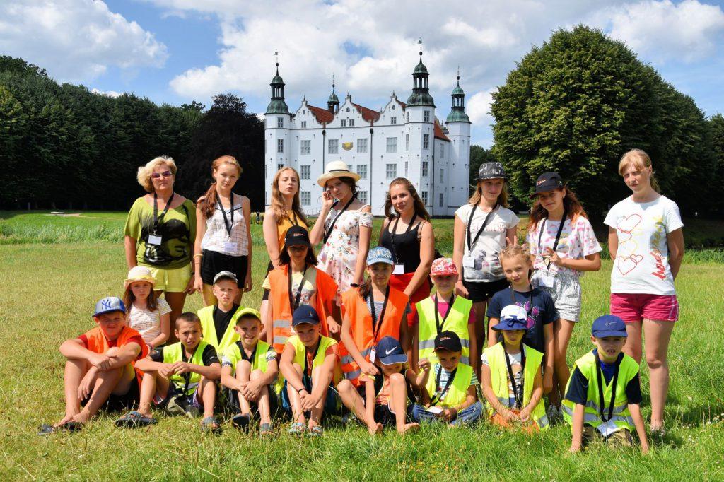 Gruppe vorm Schloss